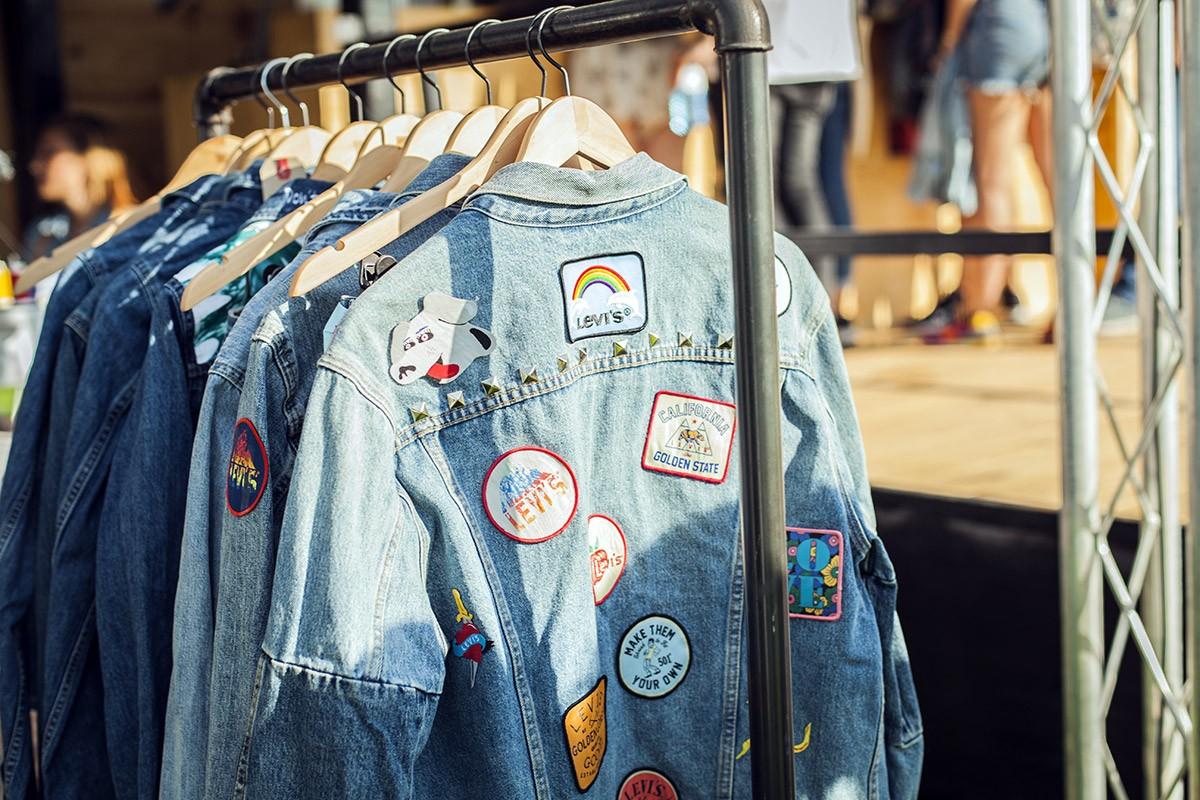 La icónica marca de ropa vaquera Levi's invita a todos los asistentes al festival a poner parches, letras, pins...a cualquier tipo de prenda