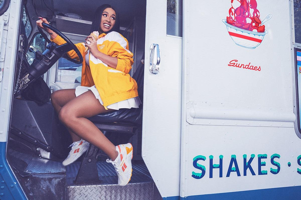 La rapera dominicana del Bronx protagoniza la campaña más desenfadada de las Aztrek