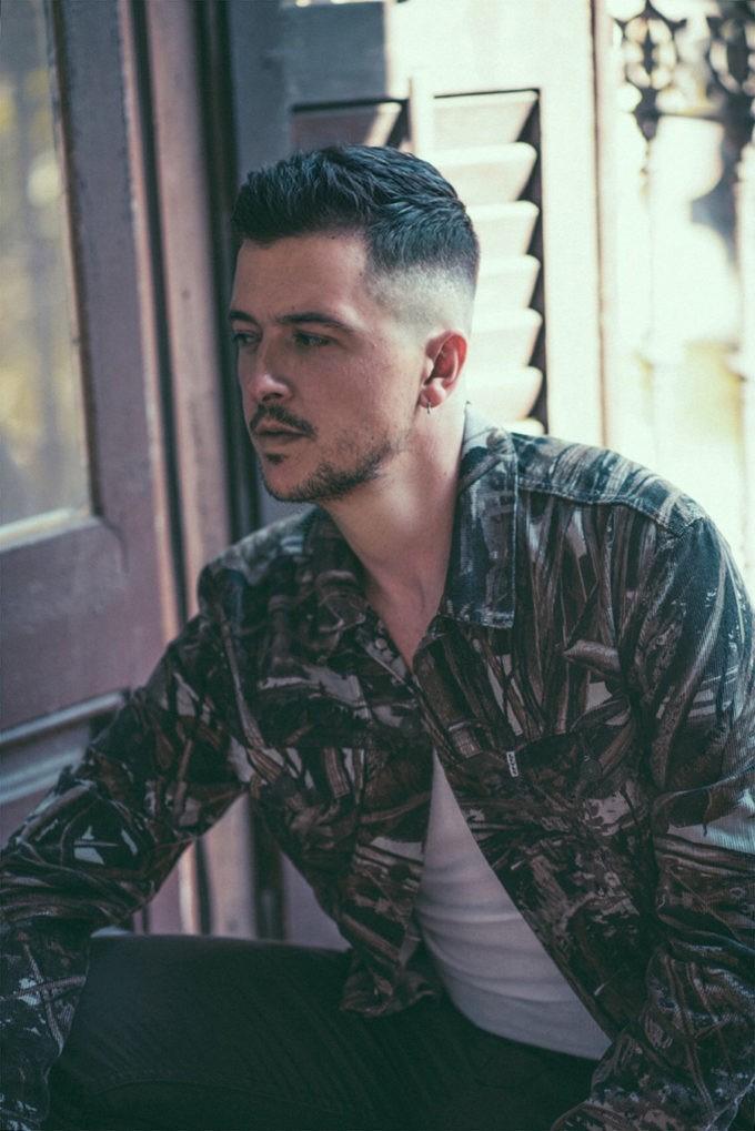 El crooner español se sumerge en los ritmos tropicales de forma certera con la producción de Quiroga